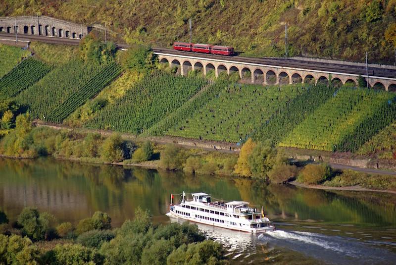 Viadukt mit Bahn und Schiff